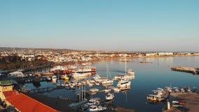 Vista aérea del puerto deportivo de la ciudad de los paphos con las naves, los yates y embarcadero de los barcos de los pescados  almacen de video