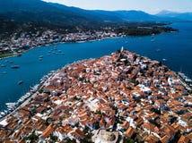 Vista aérea del puerto deportivo del mar en la isla de Poros, Mar Egeo imagenes de archivo