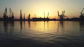 Vista aérea del puerto marítimo y de las grúas industriales, Bulgaria de Varna almacen de video