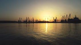 Vista aérea del puerto marítimo y de las grúas industriales, Bulgaria de Varna metrajes