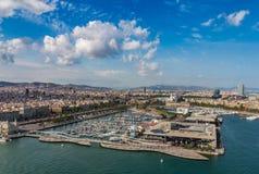 Vista aérea del puerto y de la ciudad en Barcelona, España foto de archivo libre de regalías