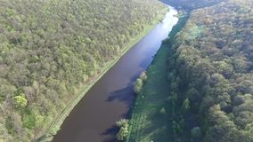Vista aérea del río metrajes