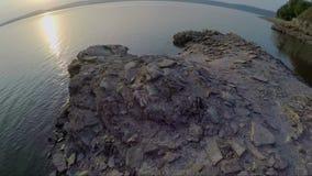 Vista aérea del río ancho y de la orilla en la puesta del sol en verano metrajes