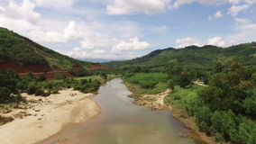 Vista aérea del río asiático, ropa que se lava de la gente almacen de metraje de vídeo