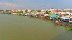Vista aérea del río Chao Phraya que tienen diversa vela del barco del transporte almacen de video