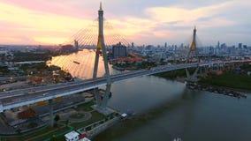 Vista aérea del río del chaopraya de la travesía del puente del bhumibol en Bangkok Tailandia