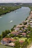 Vista aérea del río Colorado y de las casas por su orilla en Austin, Tejas imagenes de archivo