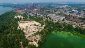 Vista aérea del río contaminada con las algas verdes cerca de zona de la industria metrajes