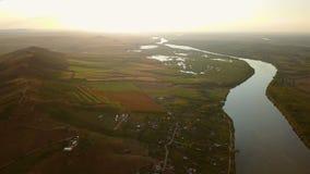 Vista aérea del río Danubio en la puesta del sol almacen de metraje de vídeo