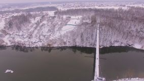 Vista aérea del río de la cruz del puente de la ciudad en la salida del sol almacen de video