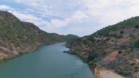 Vista aérea del río de la montaña almacen de video