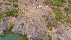 Vista aérea del río de la montaña almacen de metraje de vídeo