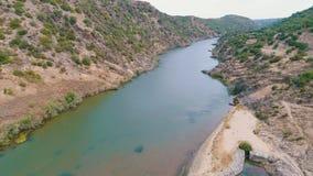 Vista aérea del río de la montaña metrajes