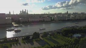 Vista aérea del río de Moskva en el centro de Moscú almacen de metraje de vídeo