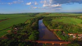 Vista aérea del río de Pardo en la ciudad de Serrana en el estado de Sao Paulo - el Brasil almacen de metraje de vídeo
