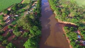 Vista aérea del río de Pardo en la ciudad de Serrana en el estado de Sao Paulo - el Brasil almacen de video