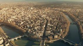 Vista aérea del río de Tíber y del paisaje urbano romano hacia el cuadrado famoso de Navona de la plaza por la tarde Ventanas vie fotos de archivo