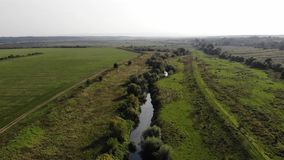 Vista aérea del río de Tysmenytsya, Ucrania El vuelo liso remite técnica almacen de video