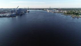 Vista aérea del río Delaware cerca de Walt Whitman Bridge Philadelphia - New Jersey almacen de metraje de vídeo