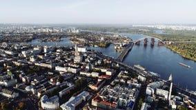 Vista aérea del río Dnieper y de edificios en Kiev, Ucrania lanzamiento del abejón 4k Dnipro metrajes