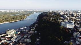 Vista aérea del río Dnipro y de edificios en Kiev, Ucrania lanzamiento del abejón 4k Dnieper almacen de video