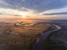 Vista aérea del río en la salida del sol, mosca sobre la niebla de la mañana en el río fotos de archivo libres de regalías