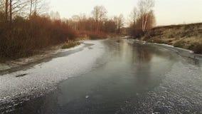 Vista aérea del río helado del otoño en la puesta del sol metrajes