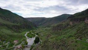 Vista aérea del río Kura que fluye entre las montañas almacen de metraje de vídeo