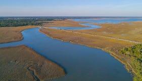 Vista aérea del río y de la ruta verde fotografía de archivo