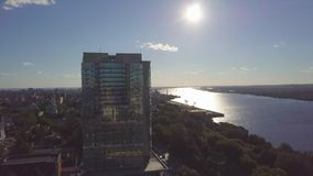 Vista aérea del río y del edificio moderno clip Paisaje urbano hermoso en la puesta del sol almacen de metraje de vídeo