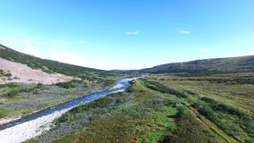 Vista aérea del River Valley y de las montañas metrajes