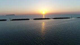 Vista aérea del rompeolas de la piedra en la puesta del sol metrajes