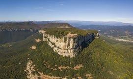 Vista aérea del santuario lejano del EL en la montaña del macizo de Guilleries, Cataluña foto de archivo libre de regalías
