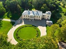 Vista aérea del señorío de Jasiunai, el señorío neoclásico en Jasiunai, distrito de Salcininkai de Lituania, cerca del río Merkys fotos de archivo libres de regalías