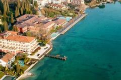 Vista aérea del sirmione, garda del lago, Italia. Imágenes de archivo libres de regalías