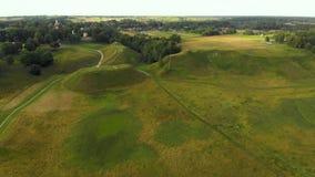 Vista aérea del sitio arqueológico de Kernave metrajes