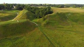 Vista aérea del sitio arqueológico de Kernave almacen de video