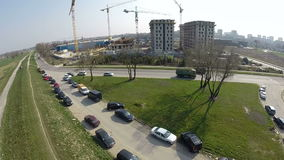 Vista aérea del solar y de una grúa en la periferia de la ciudad metrajes