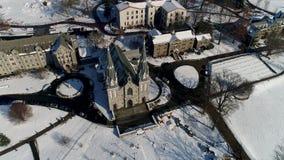 Vista aérea del St Thomas de la iglesia de Villanova en el campus universitario de Villanova en el PA del municipio de Radnor des metrajes