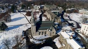 Vista aérea del St Thomas de la iglesia de Villanova en el campus universitario de Villanova en el PA del municipio de Radnor des almacen de video