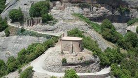 Vista aérea del templo antiguo en el top del acantilado almacen de video