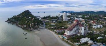 Vista aérea del templo de tao del khao del wat en el prachuapkh de la playa del hin del khhua Foto de archivo libre de regalías
