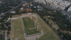 Vista aérea del templo de Zeus en Olympia en Atenas y de la parte moderna de la ciudad almacen de metraje de vídeo