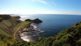 Vista aérea del terraplén de Giants la señal más popular y más famosa de Irlanda del Norte Costa de Océano Atlántico y del agua t metrajes