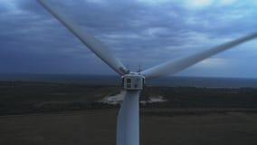 Vista aérea del tiro aéreo de la producción energética de las turbinas de viento 4k en puesta del sol turbinas de la cantidad del almacen de video