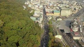 Vista aérea del tráfico de automóvil del camino en la región de Podil - cuadrado de Poshtova con la calle de Sagaidachny almacen de video
