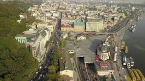 Vista aérea del tráfico de automóvil del camino en la región de Podil - cuadrado de Poshtova con la calle de Sagaidachny almacen de metraje de vídeo
