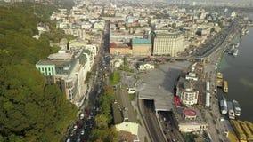 Vista aérea del tráfico de automóvil del camino en la región de Podil - cuadrado de Poshtova con la calle de Sagaidachny metrajes