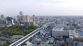 Vista aérea del tráfico de coche en el camino de la carretera en Osaka, Japón almacen de video