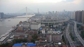 Vista aérea del tráfico del paso superior del nanpu de Shangai, neblina seria de la contaminación almacen de video